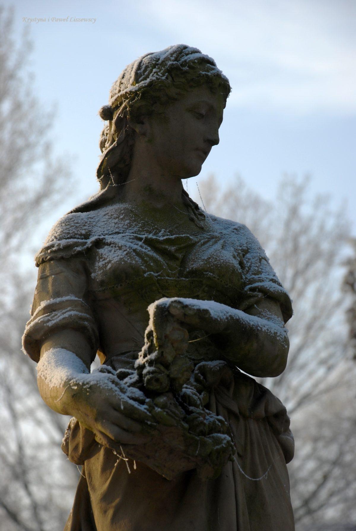 Romantyczne ruiny Daragana i rzeźby parkowe