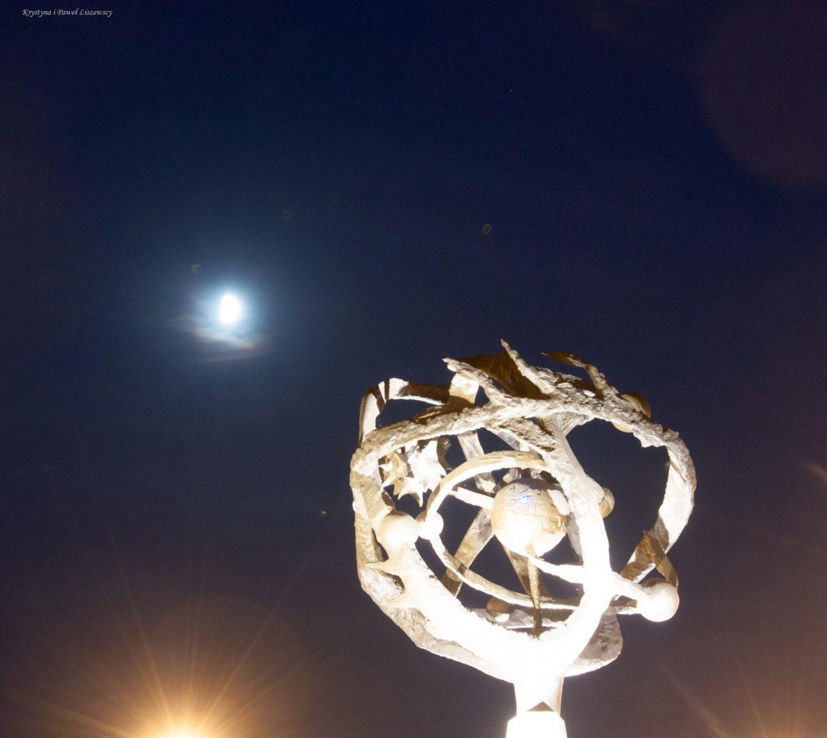 Trasa Bursztynowa w Kaliszu z rzeźbami Roberta Sobocińskiego