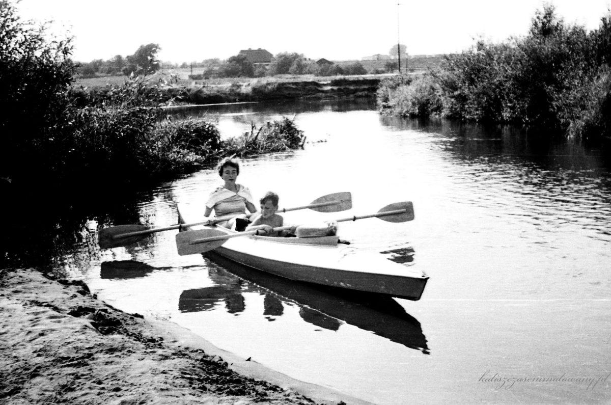 Rzeka Prosna przed wiekami służyła jako drogowskaz i trakt wodny dla kupców rzymskich wędrujących Szlakiem Bursztynowym, broniła przed najazdami wrogów, ale także zalewała uprawy i ludzkie siedziby. Prosna płynęła przez Ziemię Kaliską wieloma korytami i meandrami, tworząc piaszczyste wyspy i łachy
