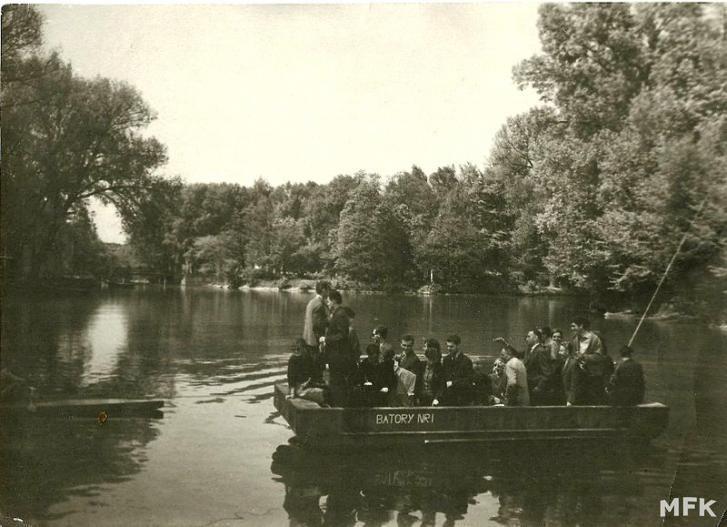 Prom na Prośnie przewoził Kaliszan na drugą stronę rzeki, pomiędzy parkiem, a przystanią KTW – Przewodnik po Kaliszu