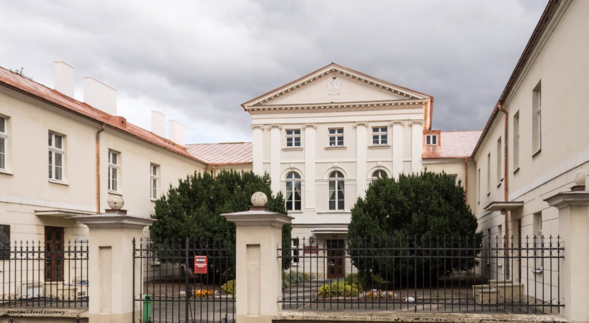 W 1818 roku, na gruzach zamku, rozpoczęto budowę szkoły, która od 1923 roku nosi imię Adama Asnyka