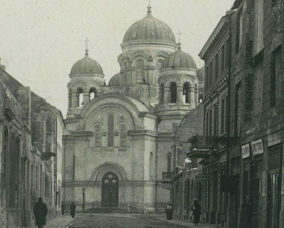 """W 1875, na obecnym placu Jana Pawła II, w przestrzeni po rozebranej kamienicy zwanej """"Między Nogami"""" rozpoczęto budowę cerkwi pod wezwaniem św. Apostołów Piotra i Pawła"""