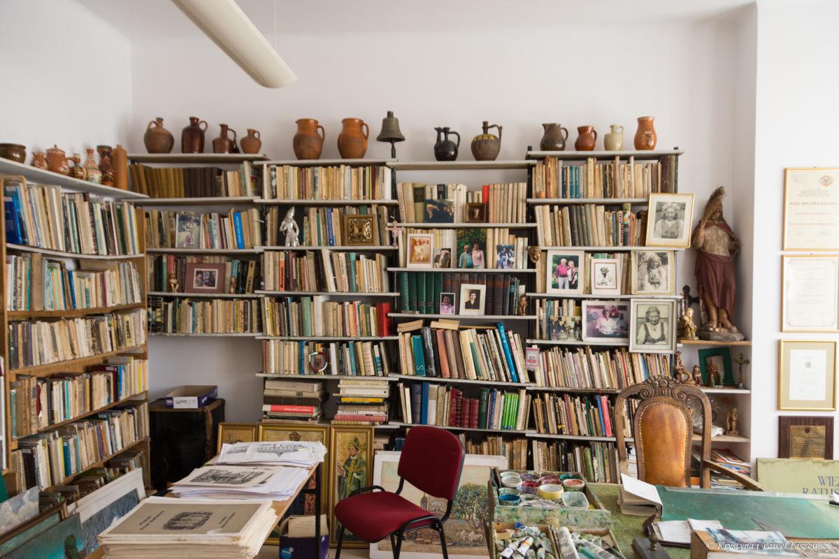 """""""Książka i biblioteka to przyjaciele człowieka"""". Dobrze jest mieć w domu książki. Biblioteka w pracowni Władysława Kościelniaka"""