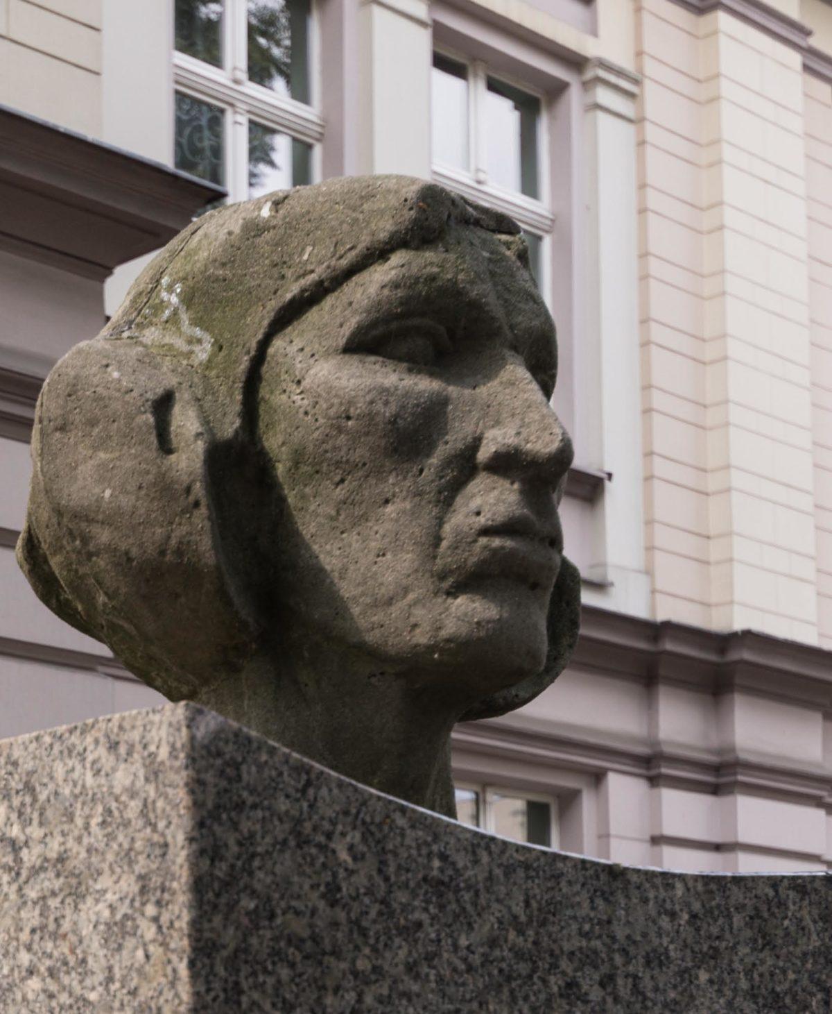 Wiesław Andrzej Oźmina, kaliski rzeźbiarz, artysta plastyk, autor wielu pomników, płaskorzeźb, medalionów i medali