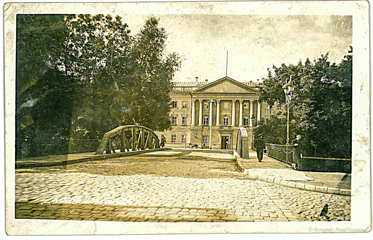 Za panowania Cesarza Mikołaja II, most w 1909 r. według projektu Aleksandra Hermana wykonała fabryka Rudzkiego w Warszawie – Przewodnik po starym Kaliszu