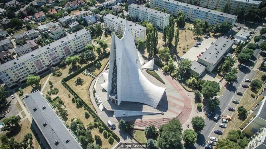Kościół Miłosierdzia Bożego w Kaliszu cechuje wybitna architektura oraz znakomita konstrukcja autorstwa Wacława Zalewskiego – Przewodnik po Kaliszu